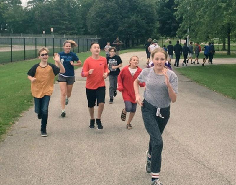 Figure 2 : Des élèves qui courent en appui à la Journée Terry Fox des écoles