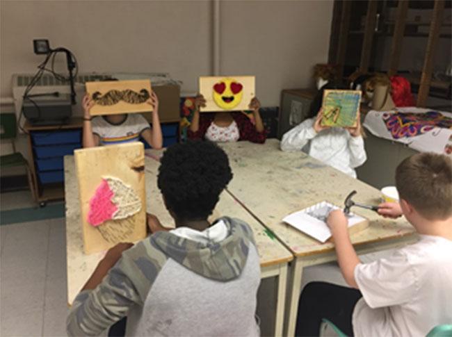 Figure 7 : Élèves qui créent des œuvres d'art dans un cours d'ébénisterie