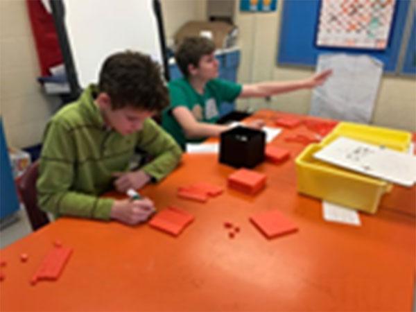 Figure 15 : Les élèves utilisent les dix blocs de base pour appuyer leur apprentissage