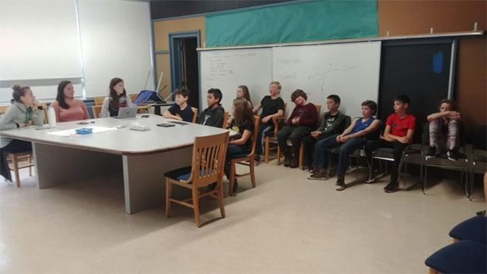 Figure 16 : Les élèves de la 5e à la 7e année participent à une simulation de la réunion d'examen avec leurs enseignants pour se préparer à leur propre célébration de la réussite!
