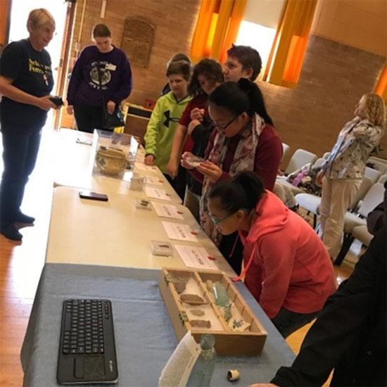 Figure 21 : Les élèves regardent des artéfacts