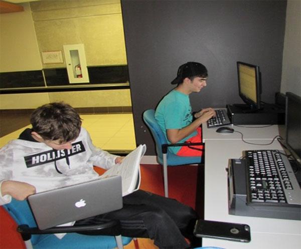 Figure 28 : Élèves du secondaire qui travaillent au laboratoire d'informatique
