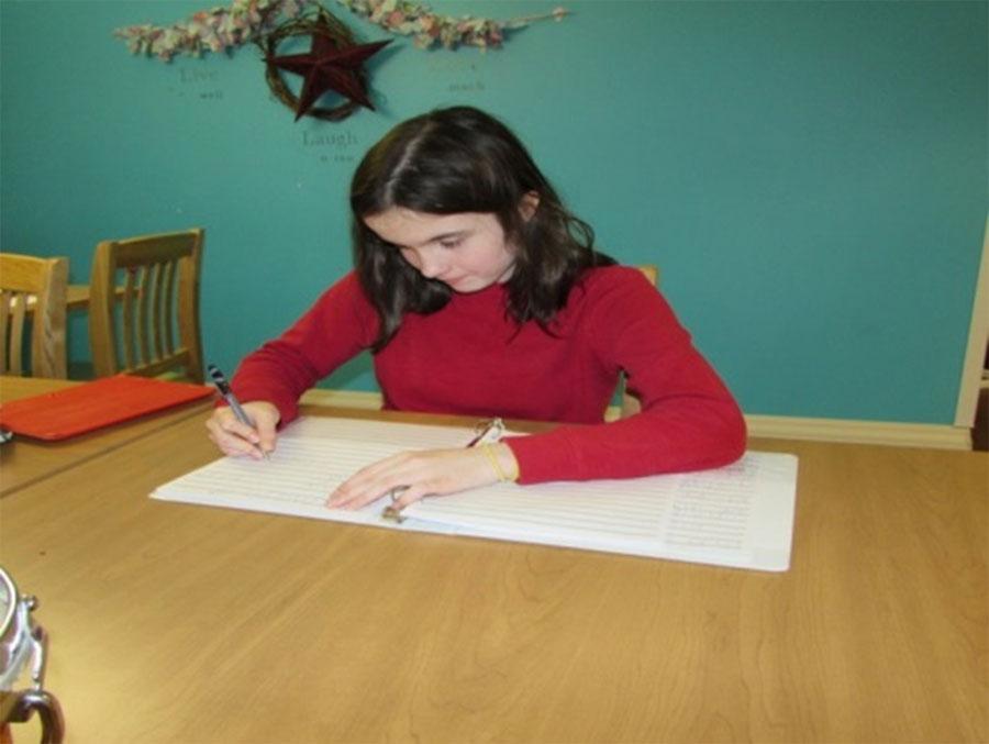 Figure 31 : Élève du secondaire qui fait un devoir en gros caractères