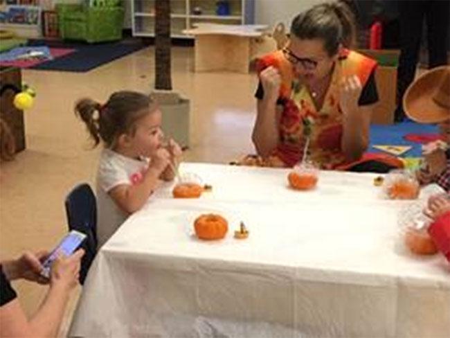 Figure 32 : Enfants participant à l'activité STEAM appelée Pumpkin bubbles