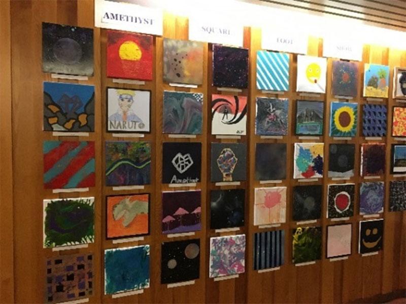 Figure 1 : Présentation de l'exposition «Square Foot Art» Amethyst montrant les œuvres d'art des élèves