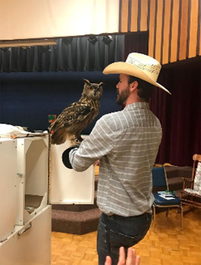 Figure 11 : Un fauconnier posant avec un hibou