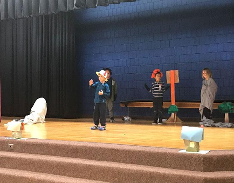 Figure 14 : Des élèves se produisent sur scène