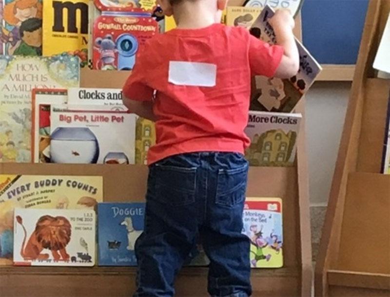 Figure 36 : Un enfant qui choisit un livre à lire
