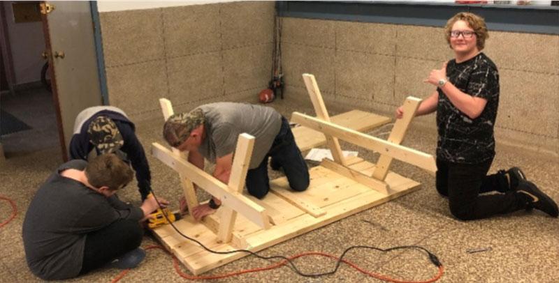 Figure 19 : Élèves assemblant une table de pique-nique
