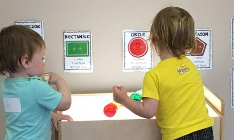 Figure 35 : Deux enfants jouant avec des formes