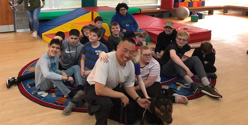 Figure 30 : Des élèves de WRMS avec l'agent de police Hung et Tyson, un chien policier