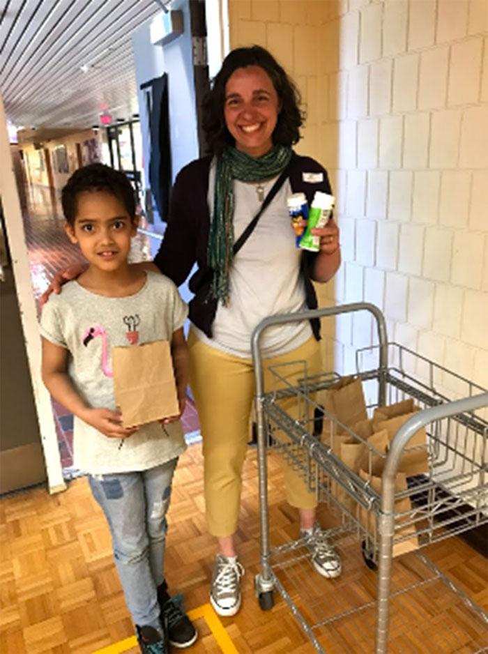 Figure 16 : Une élève et une enseignante de l'école Robarts livrent des gâteries de maïs soufflé