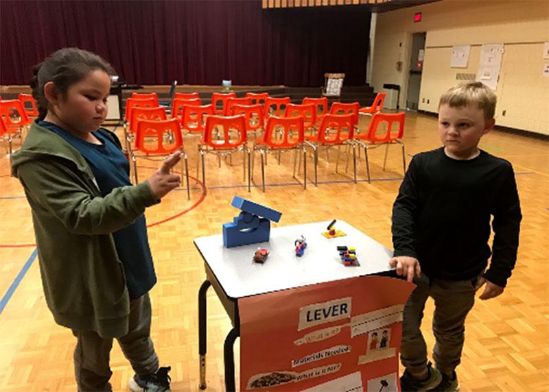 Figure 13 : Deux élèves font une présentation sur des machines simples