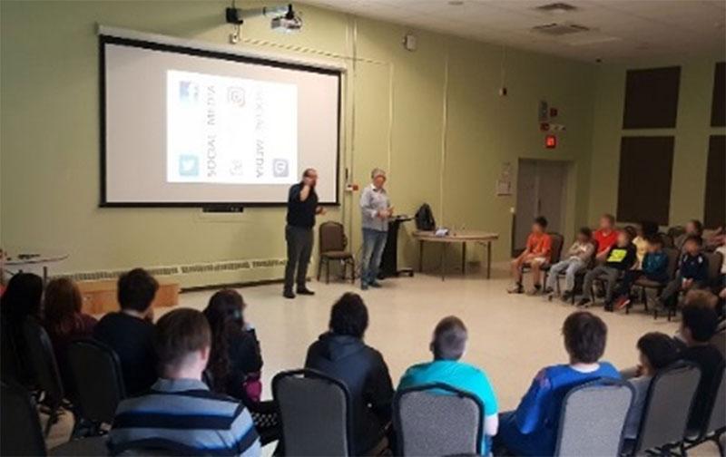 Figure 9 : Chris Vollum, expert en médias sociaux, fait une présentation aux élèves de l'ECD