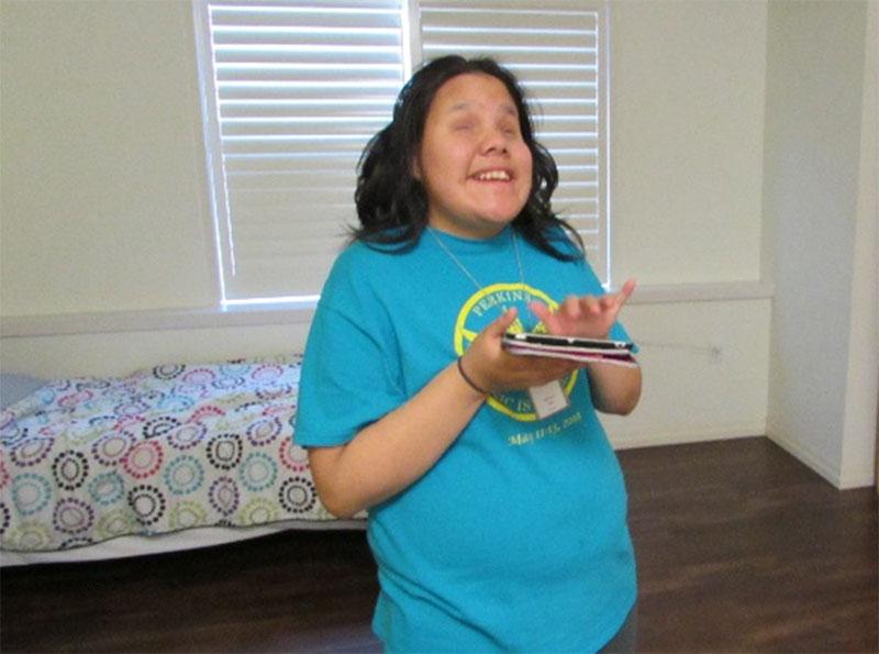 Figure 34 : Une élève de WRMS apprend à utiliser un nouvel appareil