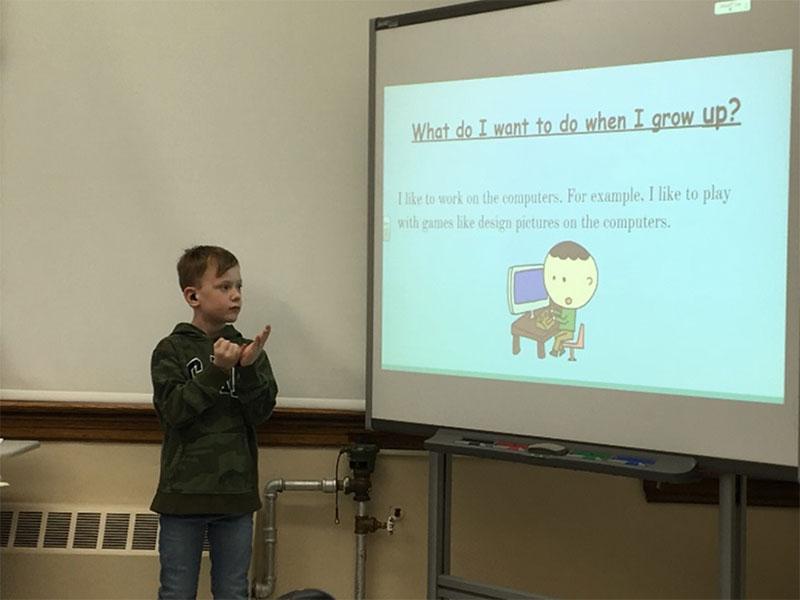 Figure 24 : Élève présentant son travail à la conférence dirigée par les élèves