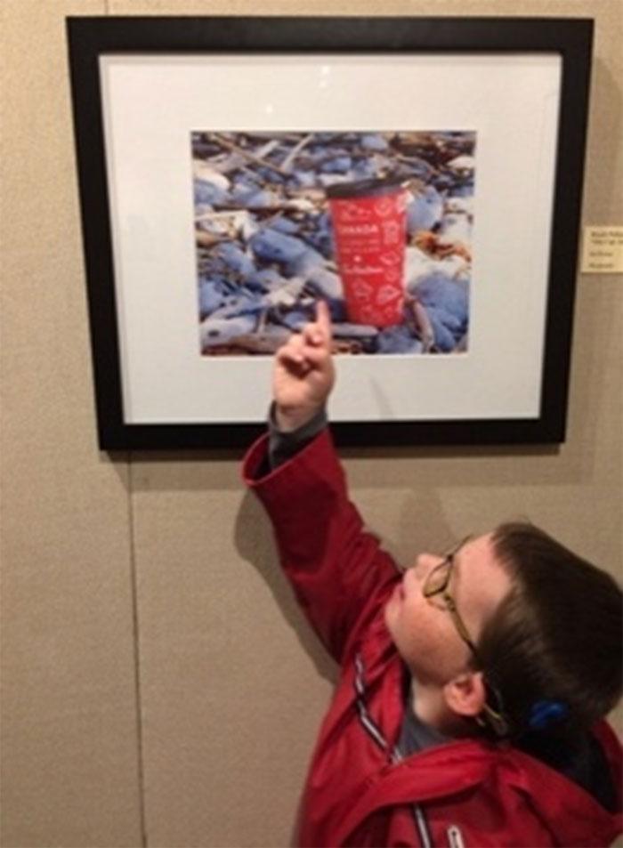 Des élèves devant des œuvres à la galerie d'art