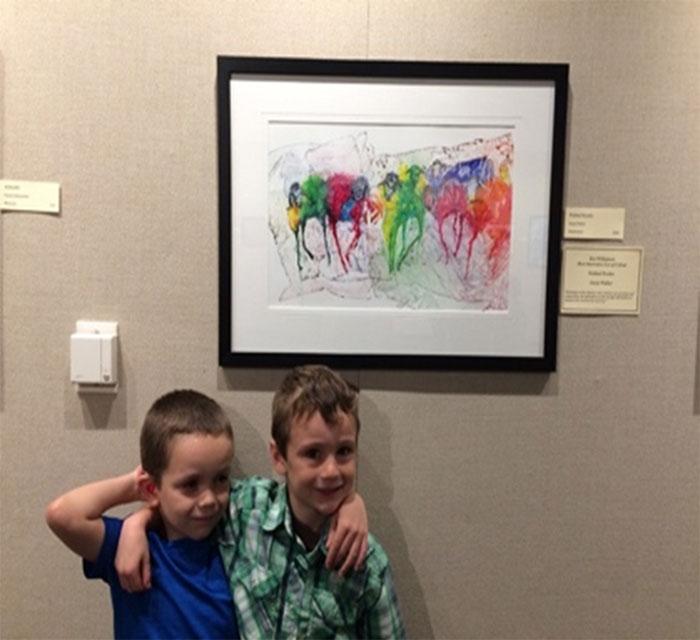 Élèves devant une œuvre à la galerie d'art