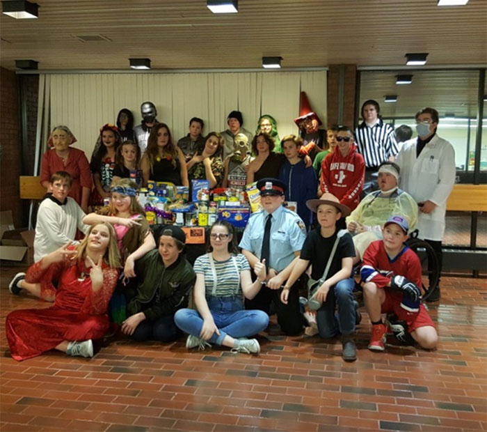 Les élèves d'Amethyst avec la nourriture recueillie pour la collecte de denrées alimentaires de l'Halloween