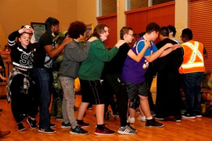 Des élèves dansant à la fête d'Halloween