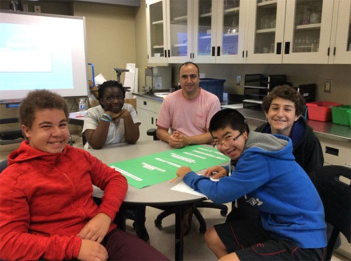 Les élèves créent une affiche avec des stratégies de lecture pour apprendre les règles du jeu «Mathable»