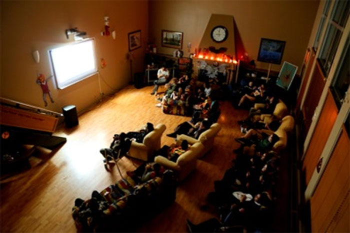 Des élèves en train de regarder un film