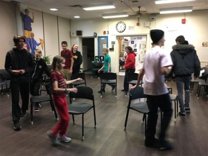Les élèves jouent à une variante du jeu des chaises musicales