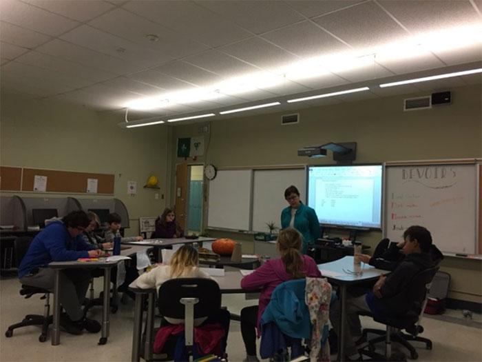 Les élèves participant à des activités d'écriture